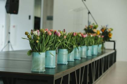 Amsterdam tulips lined up on the 2019 AGM stage at the Metis Montessori Lyceum.